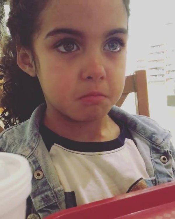 Criança chorando, alguém sabe o motivo que fez ela chorar?