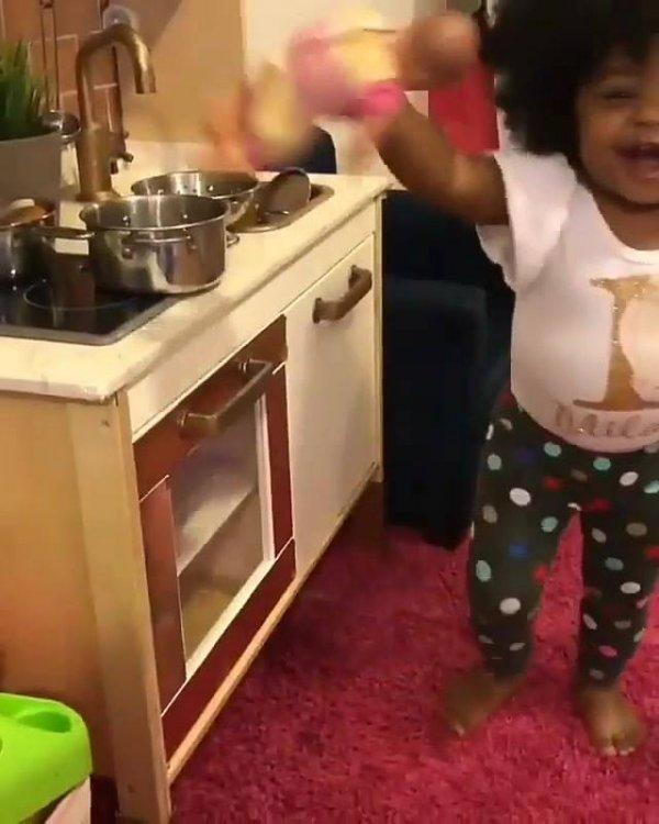 Criança com cabelo incrível brincando de fazer comida, essa não tem preguiça!