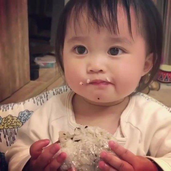 Criança comendo cocada, que delicia de docinho, compartilhe!