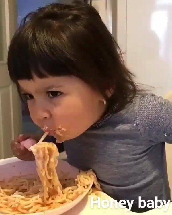 Criança comendo macarrão, deve estar uma delicia esse papa!