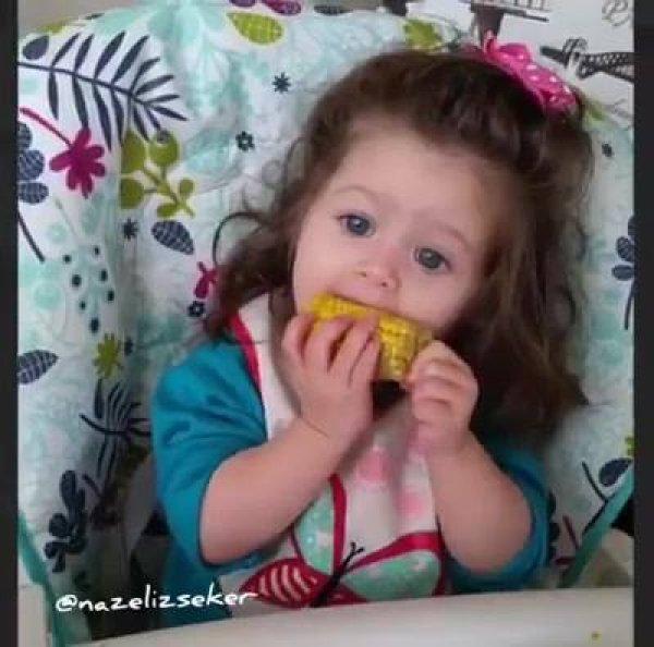 Criança comendo milho cozido na espiga, que delicia que esta isso!