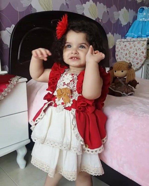 Criança linda que parece com uma princesa de roupa vermelha!