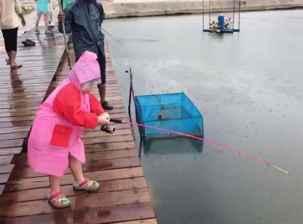 Criança pesca peixe enorme, esta pescadora vai te conquistar!