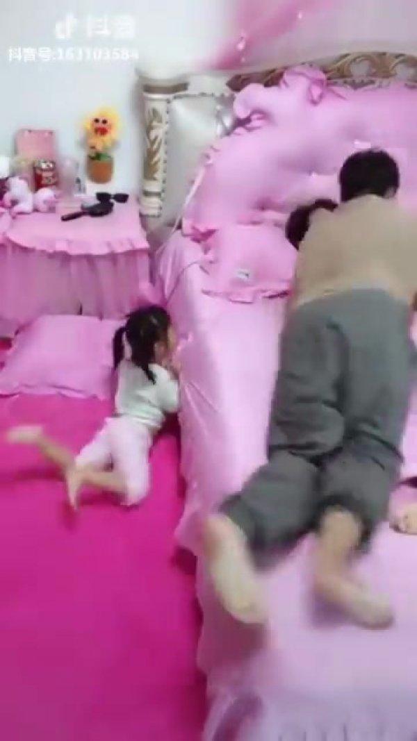 Criança que não deixa os pais dormirem juntos, um video engraçado hahaha!