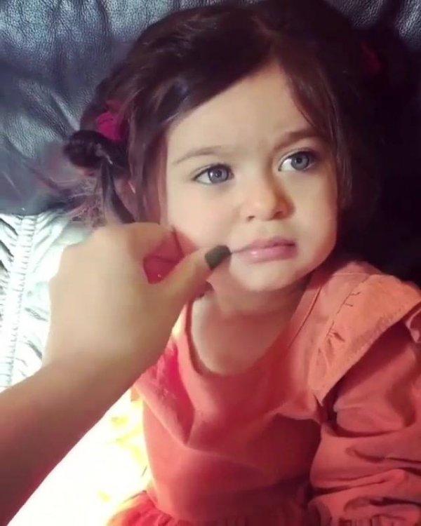 Criança que se parece com uma boneca de louça, que beleza incrível!
