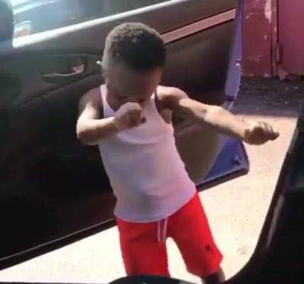 Criança se empolga com musica e dança muito dentro do carro!