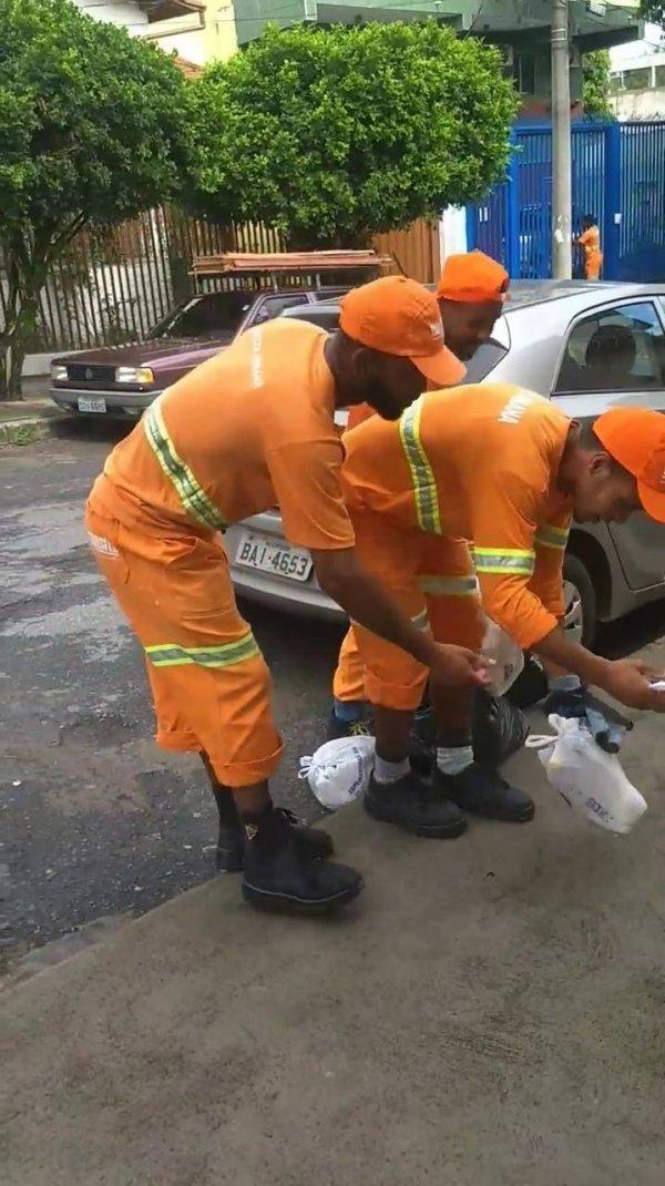 Criança se veste de gari e sai na rua para ajudar nessa profissão!