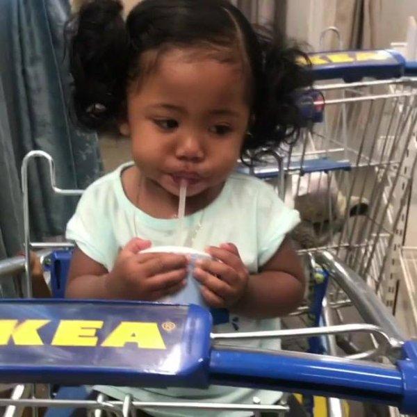 Criança tomando bebida no supermercado, que menina linda!