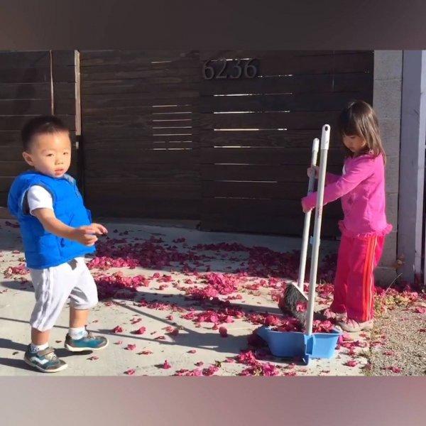 Crianças ajudando no serviço de casa, algumas atrapalhando hahaha!