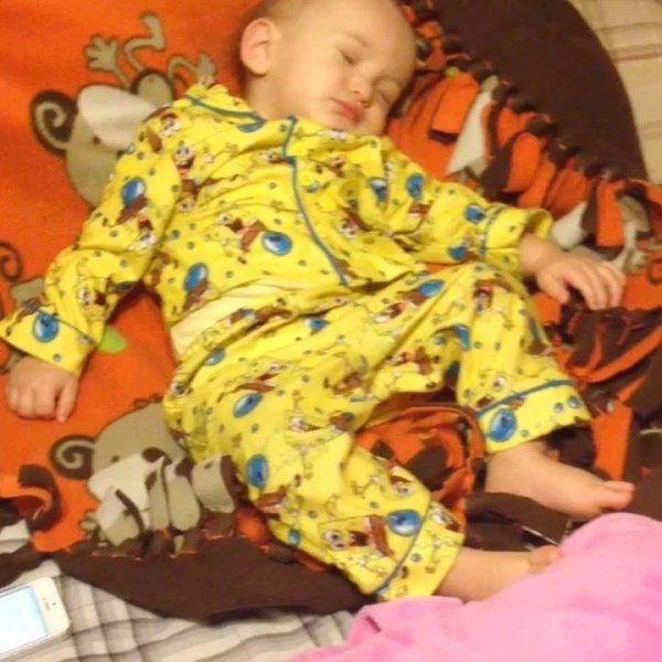 Crianças dormindo acordam dançando suas musicas favoritas!