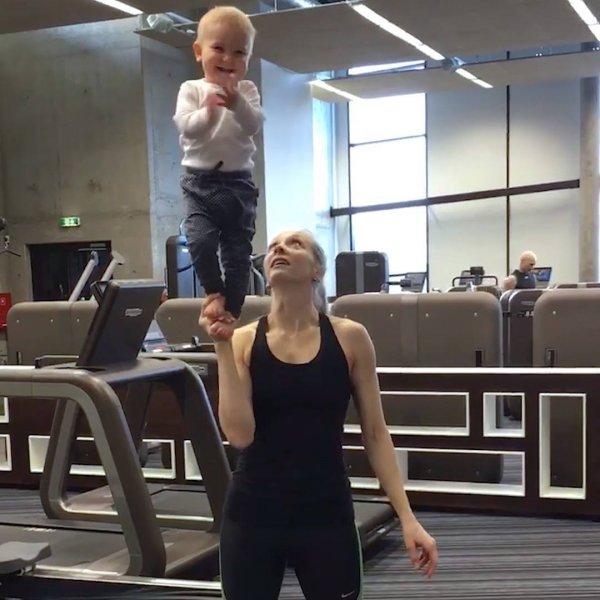 Crianças fazendo exercícios físicos, bora treinar galerinha?