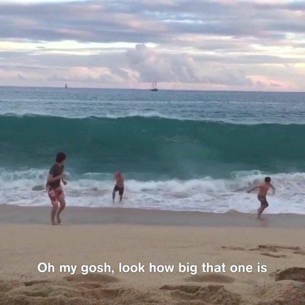 Crianças se divertindo na praia, que coisa boa hein, confira!