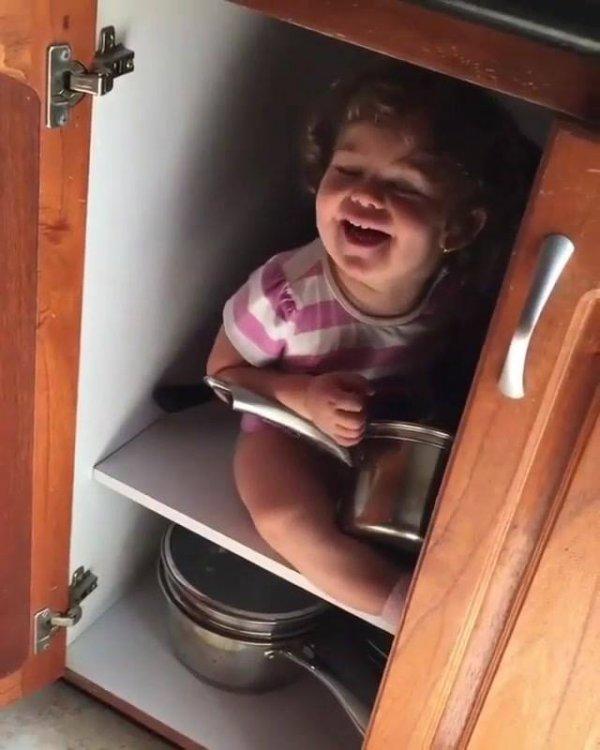 Garotinha desaparecida, é encontrada dentro do armário da cozinha!!!