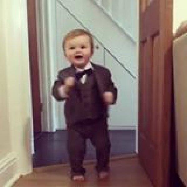 Garotinho experimentando terno, que fofura de vídeo, crianças são maravilhosas!!