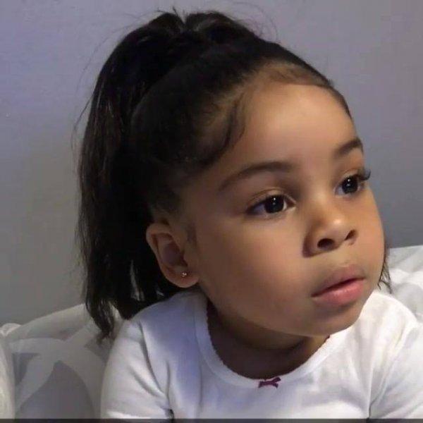 Linda criança dos olhos e cabelos pretos, ela é maravilhosa!