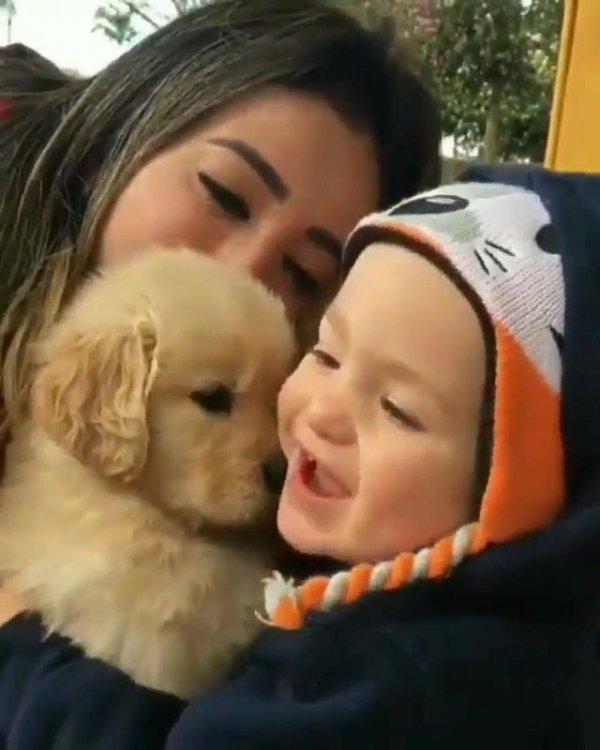 Mãe ensinando seu filho a amar e respeitar os animais, que cena linda!