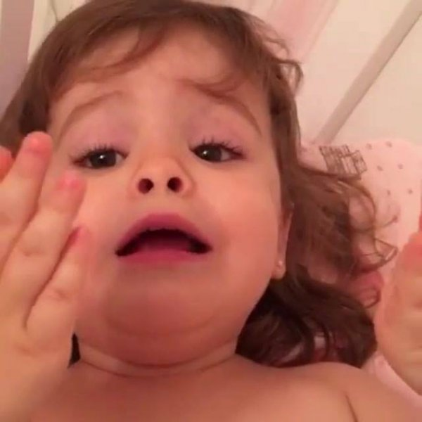 Menina cantando música da cantora Marília Mendonça, que fofura!