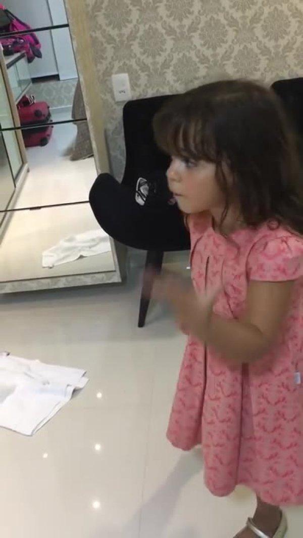 Menina dando explicação a mãe sobre o sorvete que tomou sem poder!