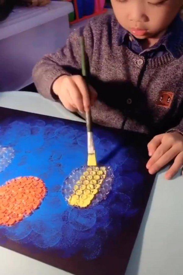 Menino artista, essa criança faz desenhos e obras de artes incríveis!