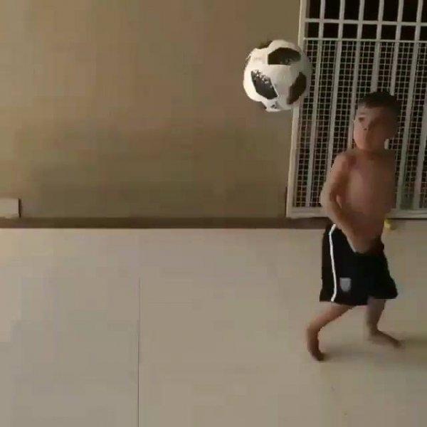 Menino com habilidade incrível com a bola, ele vai ser um atleta!