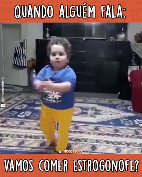 Menino dançando de felicidade por saber que vai comer Estrogonofe!