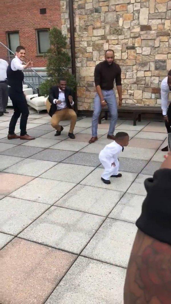 Menino faz sucesso na festa de casamento dos pais, veja que fofo!