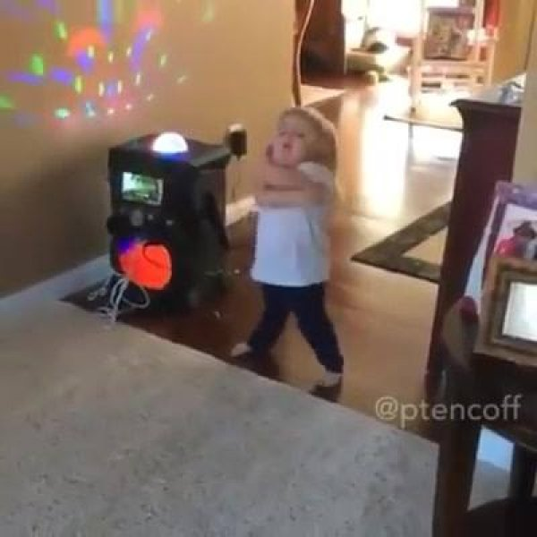 Video de criança cantora que virou meme na internet, confira a figura!