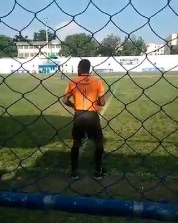 Bandeirinha dançando no campo de futebol, essa dança contagia!