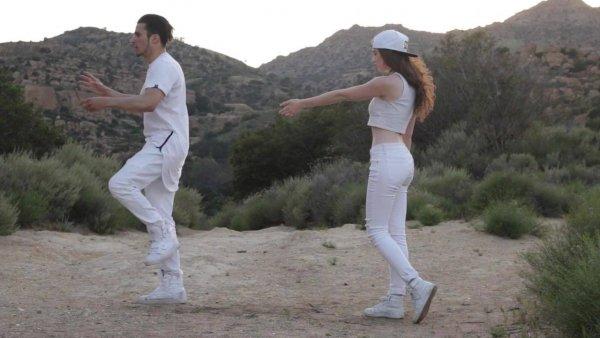 Casal dançando musica eletrônica, a paisagem e a dança é muito linda!