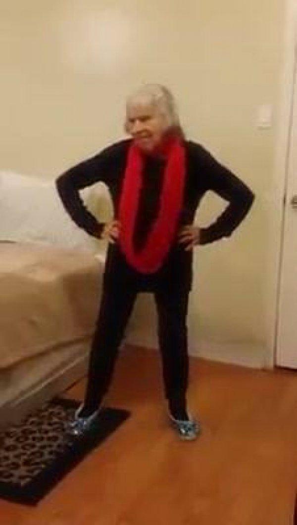 Senhora idosa dançando, pois dançar faz bem para alma, confira!