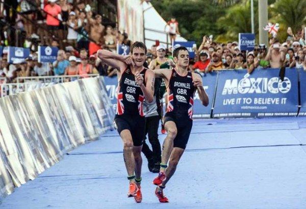 Jonathan Brownlee terminando o triatlo do México com ajuda do irmão!