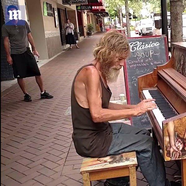 A bondade dos estranhos ajudou esse músico sem-teto a transformar a vida!