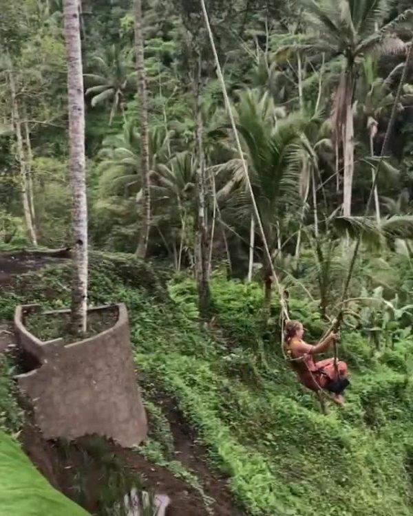 Balanço impressionante na Indonésia veja que linda paisagem ao redor!!!