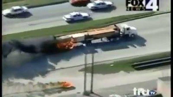 Caminhoneiro fugindo da polícia, veja que bagunça ele aprontou!