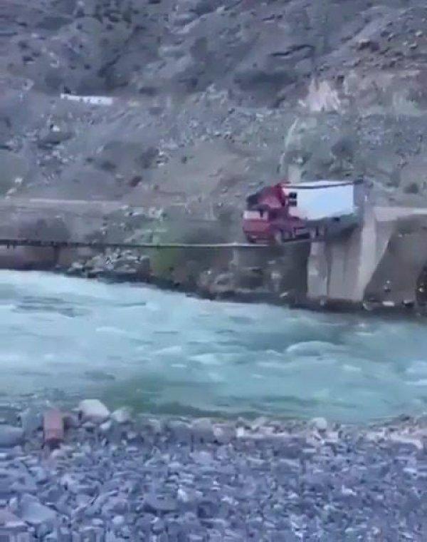 Impressionante caminhão passando em uma ponte extremamente pequena!!!