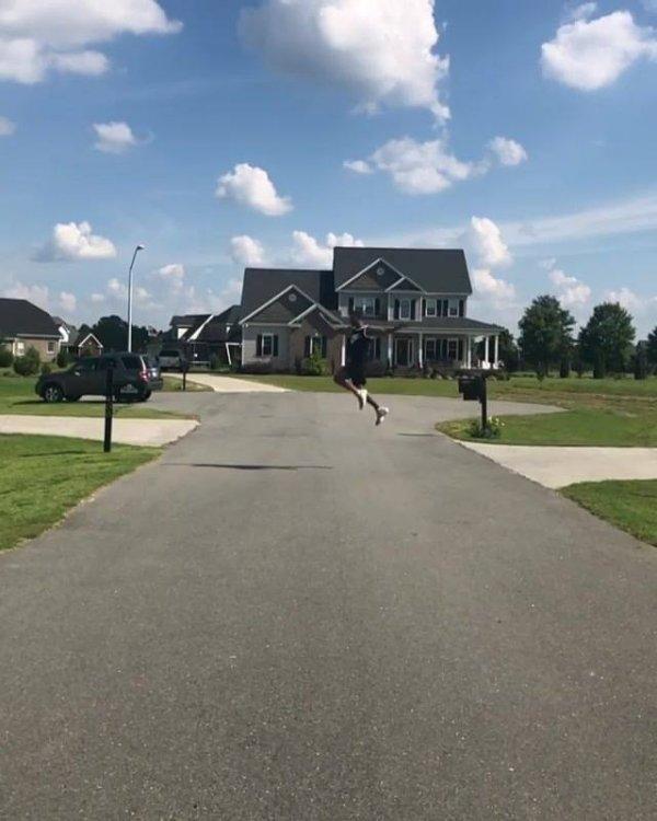 Impressionante salto de um lado da rua para o outro, olha só que incrível!!!