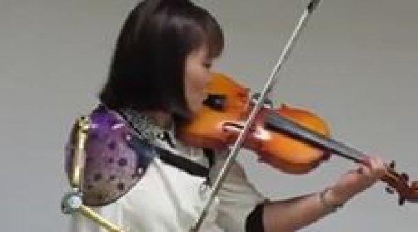 Mulher tocando violino de um jeito inacreditável - Um talento incrível!