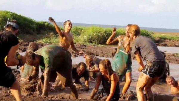 Brincando na lama, uma brincadeira que até os adultos curtem!!!