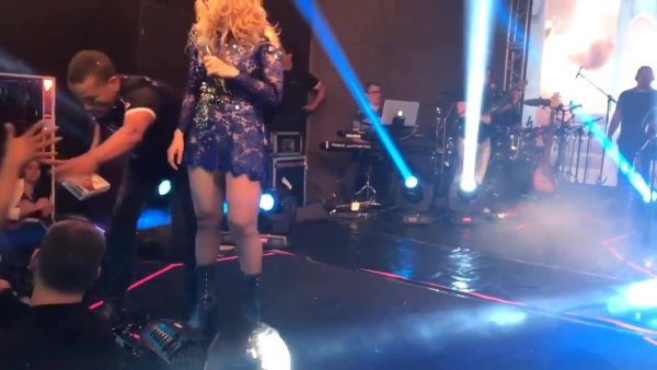 Cantora Joelma tira fã dos braços dos seguranças para dar um abraço!