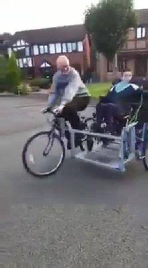 Homem faz uma bicicleta com adaptador para carregar seu amigo que deficiente!