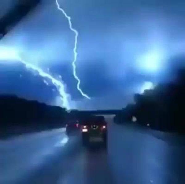 Imagem de raio se encontrando, olha só o tamanho da força deste fenômeno!!!