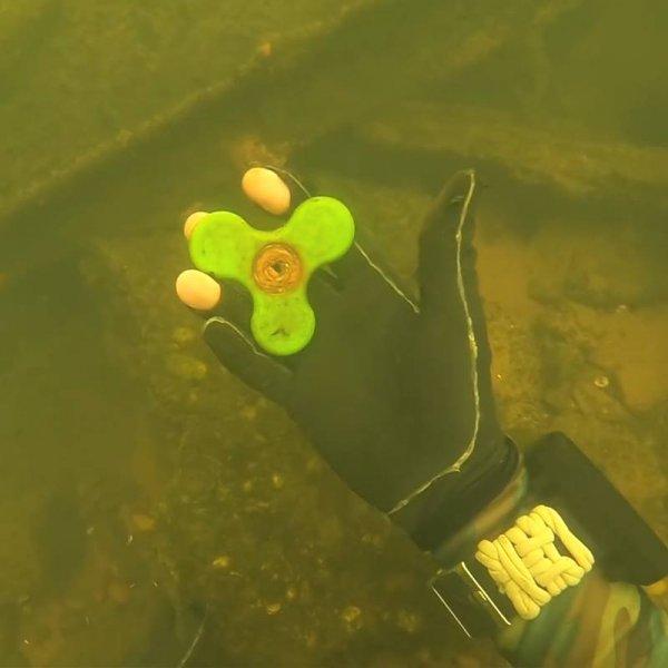 Objetos que são encontrados embaixo da água, celulares e até uma bicicleta!