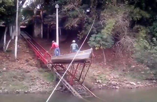 Olha só que legal como estes pescadores saem da canoa de pesca!!!