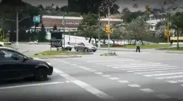 Pegadinha para conscientizar os motoristas a não pararem na faixa de pedestre!!!