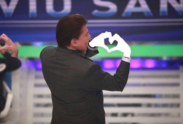 Tente pausar no momento exato em que o Silvio Santos faz o coração!!!