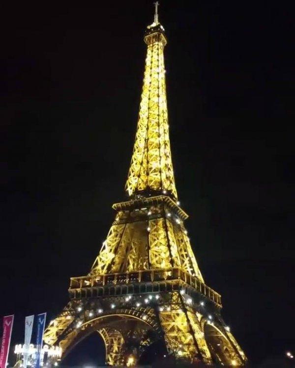 Torre Eiffel - Um dos mais belos pontos turísticos de Paris, toda iluminada!