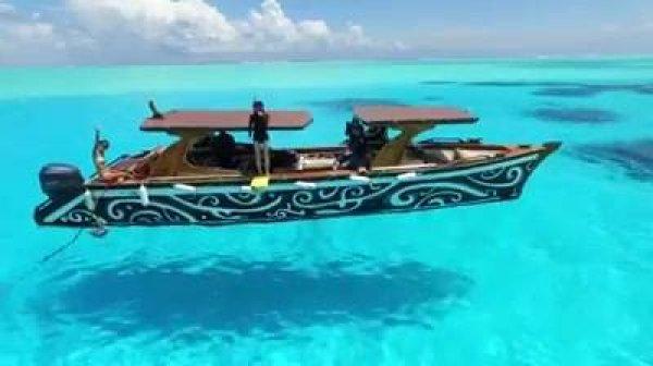 Barco parece estar flutuando por causa da água cristalina!!!