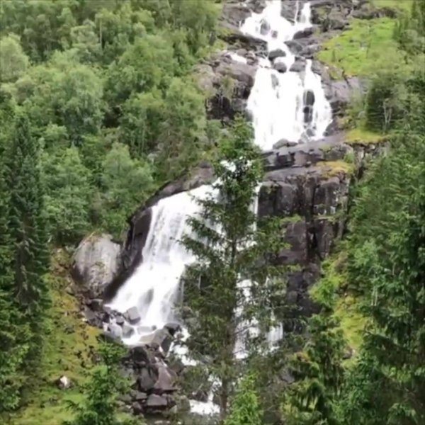 Cachoeira na beira de estrada em uma comunidade na Noruega!!!
