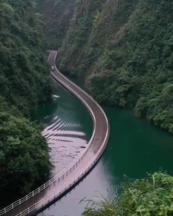 Estrada com passagem entre montanhas e lago, veja que lindo!!!