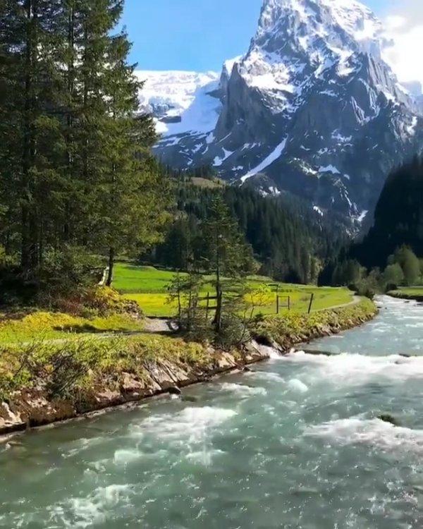 Paisagem de rio na Europa, veja que lugar maravilhoso, impossível não amar!!!